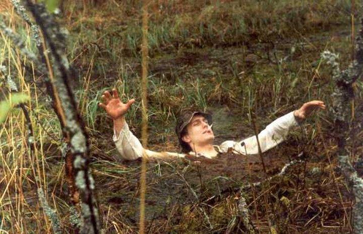 Киевские патрульные вытянули из болота женщину
