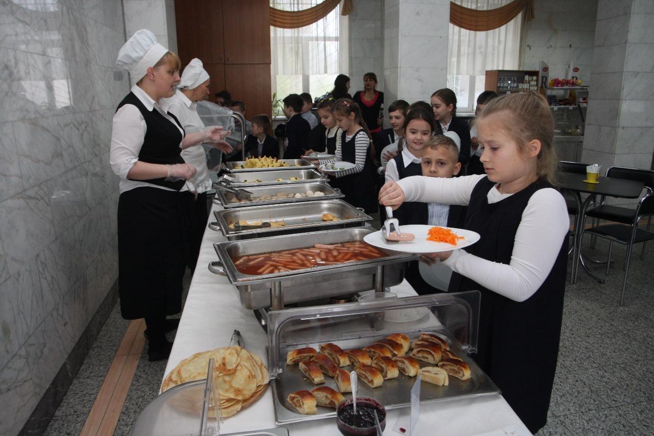 """В 27 столичных школах появятся """"шведские столы"""""""