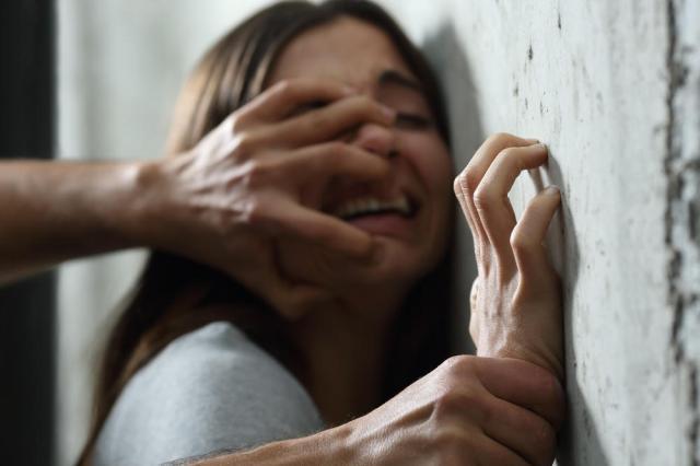 Киевлянин изнасиловал девушку, которая гуляла со своим ребенком