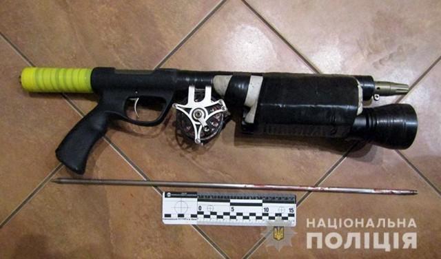 В Киеве мужчина пытался убить женщину из ружья с гарпуном
