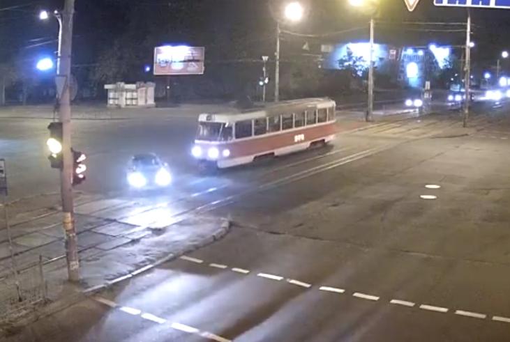 В Киеве водитель авто попал под трамвай