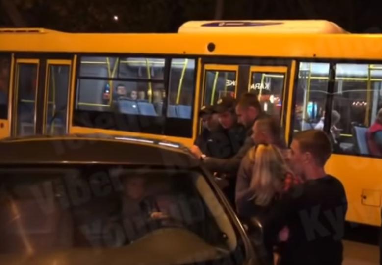 """В Киеве отец на два часа """"забыл"""" про маленького ребенка в машине"""