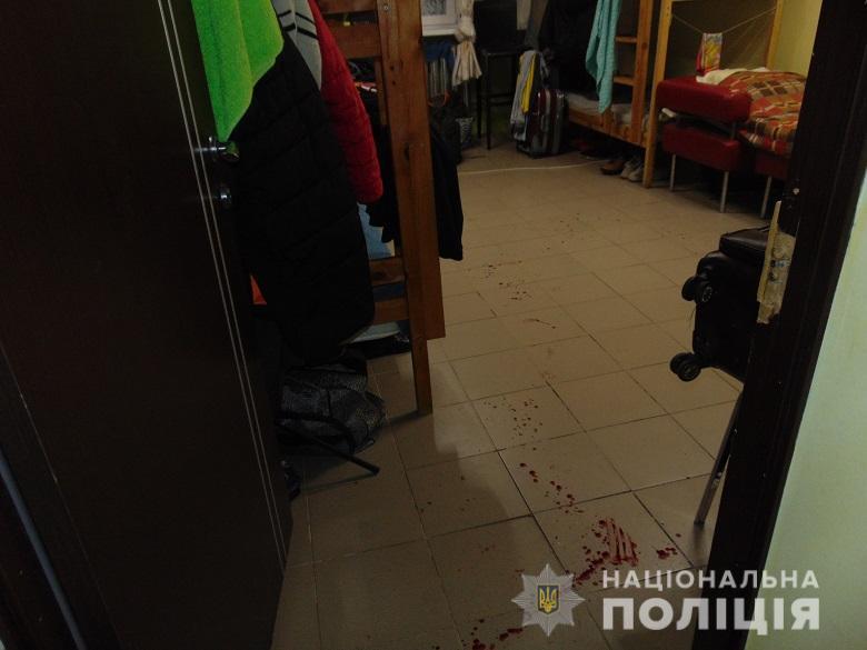 В столичном хостеле из-за перестановки мебели двое мужчин получили ножевые ранения