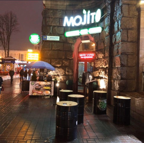 В центре Киева молодые парни подожгли кафе