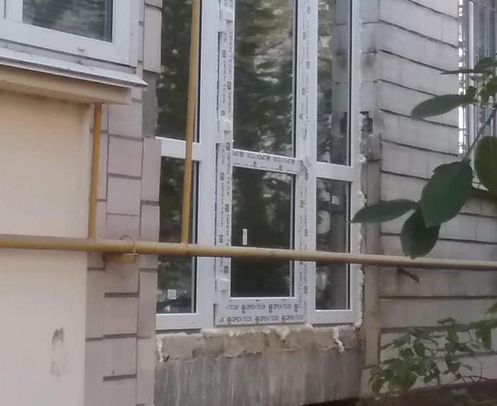 В жилом доме на Печерске появились опасные двери