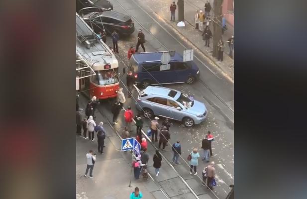 В Киеве водитель авто помог трамваям возобновить движение