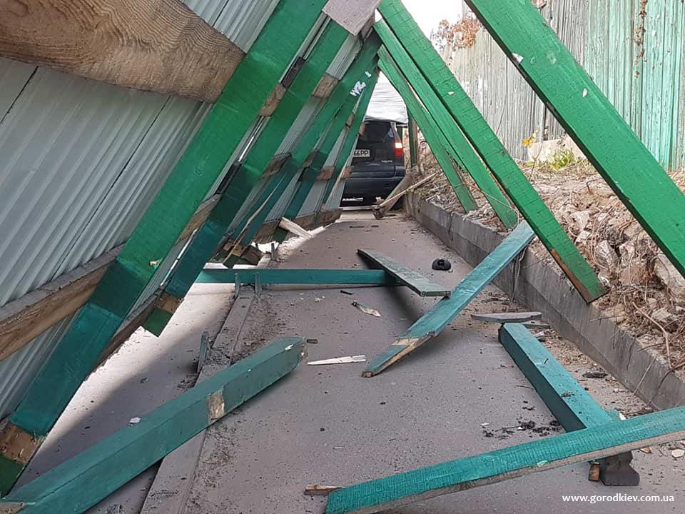 Возле Индустриального моста женщина-водитель снесла строительный забор