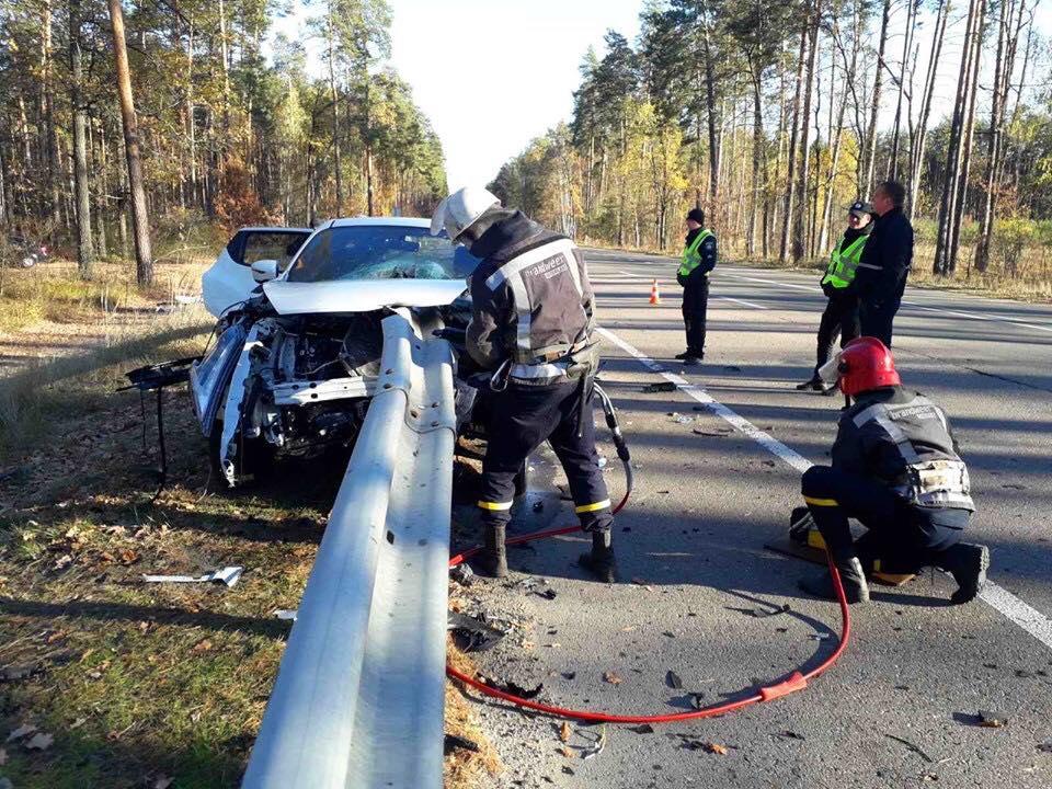 Под Киевом ограждение насквозь прошило автомобиль, погибла пассажирка