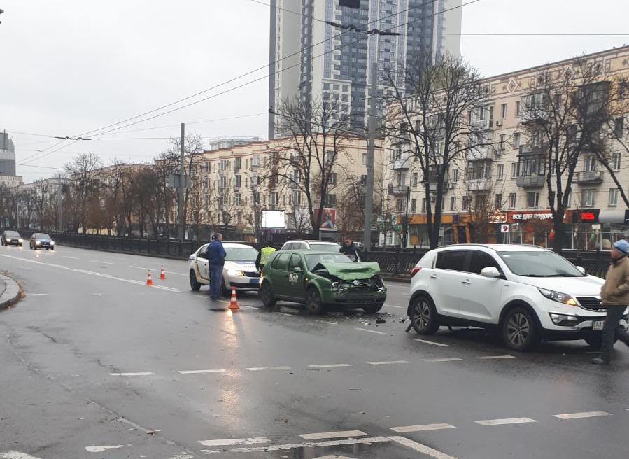 На проспекте Победы из-за мокрой дороги таксист попал в ДТП