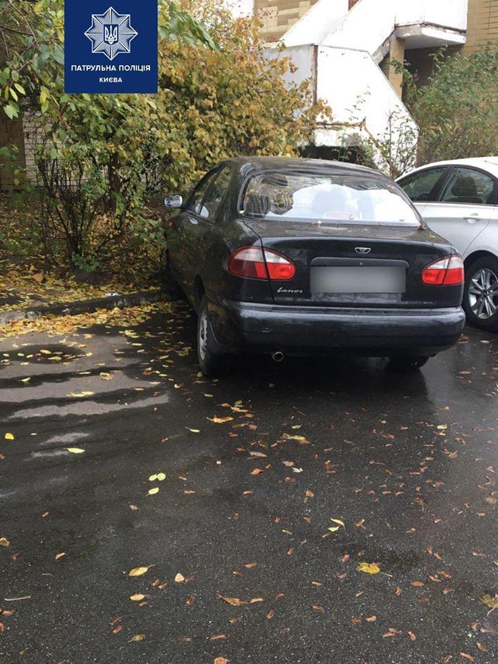 В Киеве пьяный водитель попал в ДТП во время парковки во дворе дома
