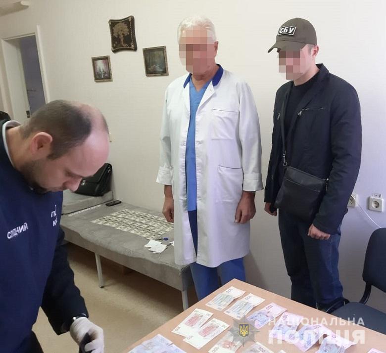 Врач столичного онкоцентра потребовал от пациента взятку 2000 долларов