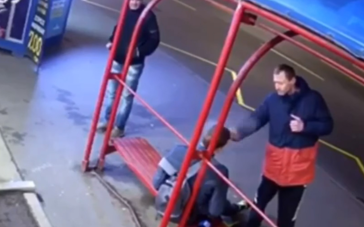 В Киеве на транспортной остановке неизвестные напали на спящего парня