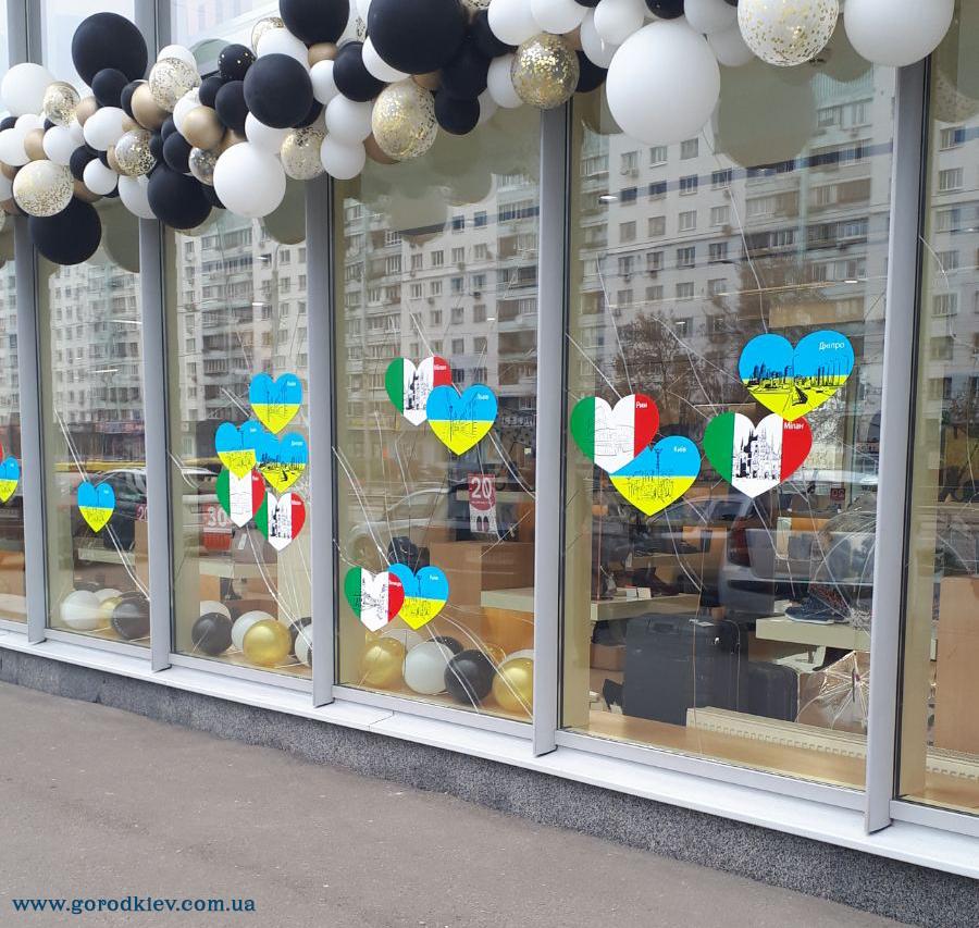 В обувном магазине Киева заклеили расстрелянные окна флагами двух стран