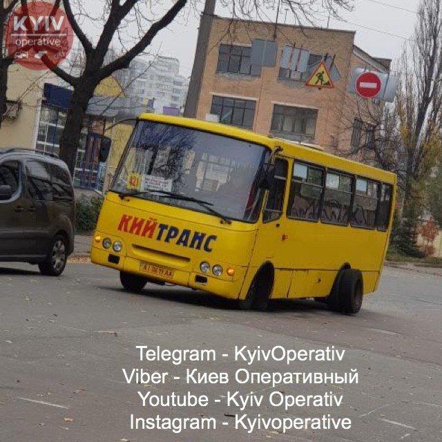 В Киеве у маршрутки оторвалось заднее колесо во время движения