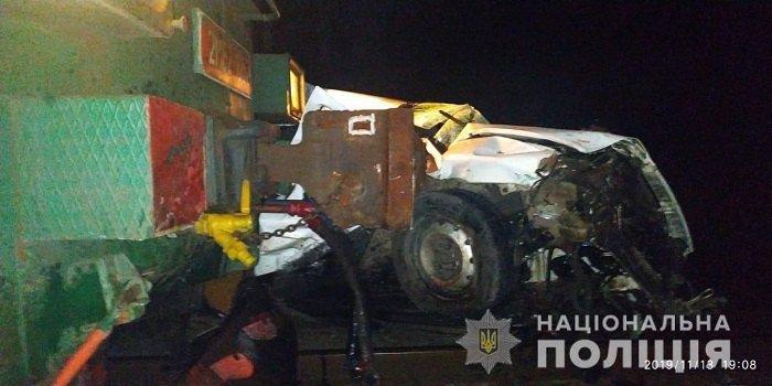 Под Киевом поезд сбил автомобиль с женщиной-водителем
