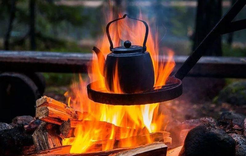 На Киевщине юноша решил приготовить пищу на костре у себя в квартире