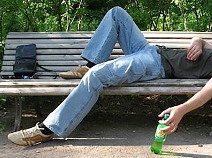 Беспомощный пьяный киевлянин стал жертвой уличного грабителя