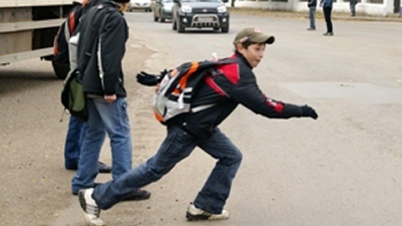 На Оболони школьник бросился под колеса авто на светофоре
