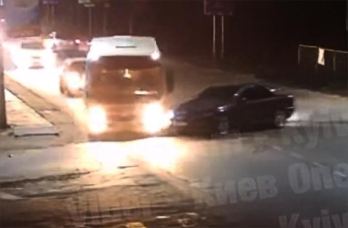 Под Киевом мужчина в своем автомобиле кинулся под колеса маршрутки