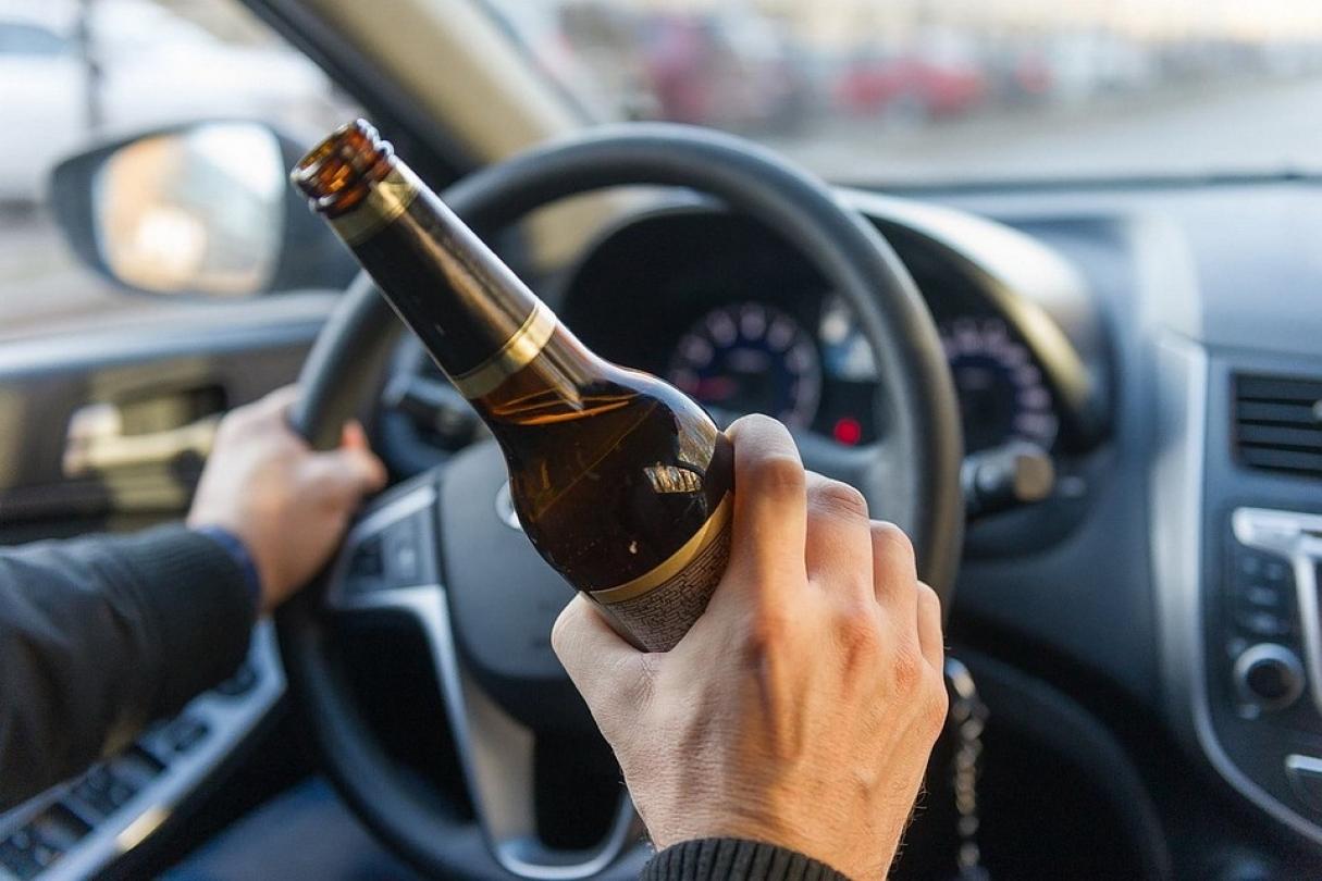 Пьяный водитель под Киевом подбросил патрульным доллары