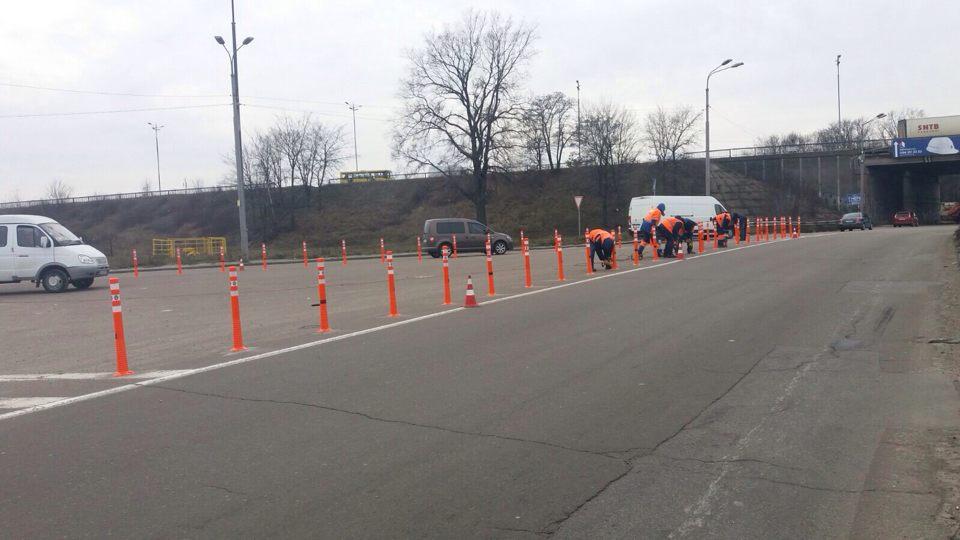 На въезде в Киев проблемный участок дороги оградили делиниаторами