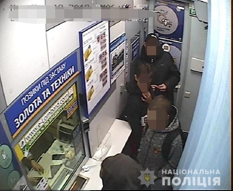 Возле метро в Киеве подростки ограбили приезжего мальчика