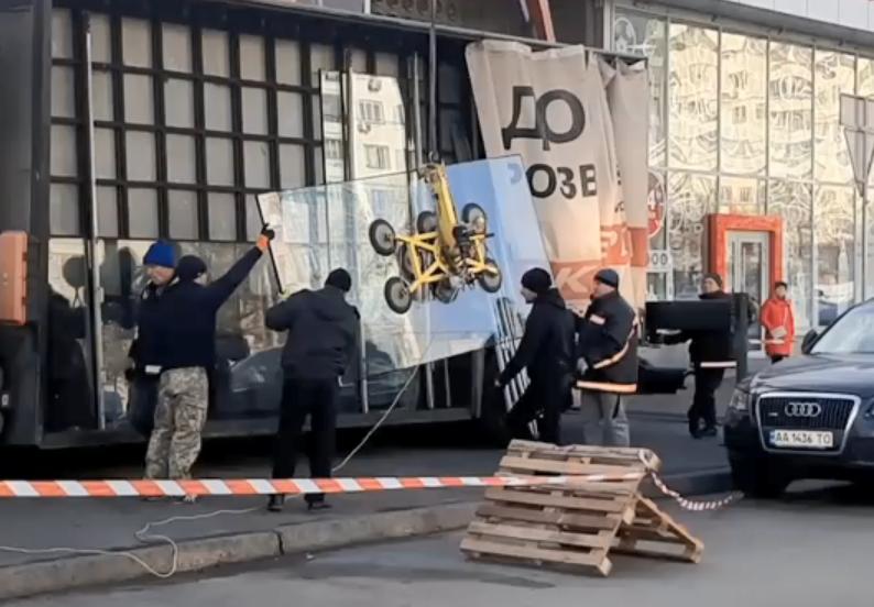 В расстрелянном магазине на проспекте Победы спустя месяц заменили стекла