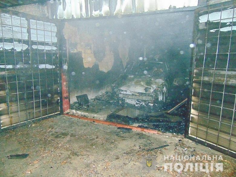 В Киеве мужчина полностью сжег машину своей девушки