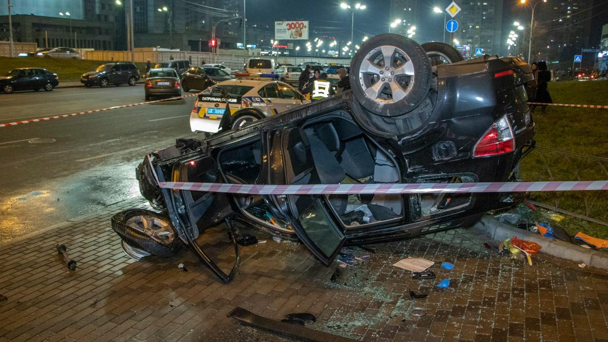В Киеве автомобиль вылетел с моста и упал на крышу
