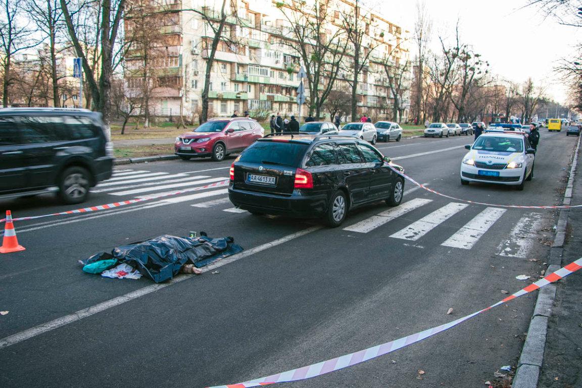 В Киеве водитель авто задним ходом насмерть сбил пенсионерку