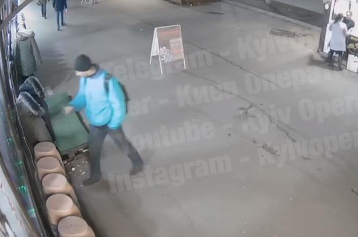 В Киеве мужчина обворовал уличный манекен