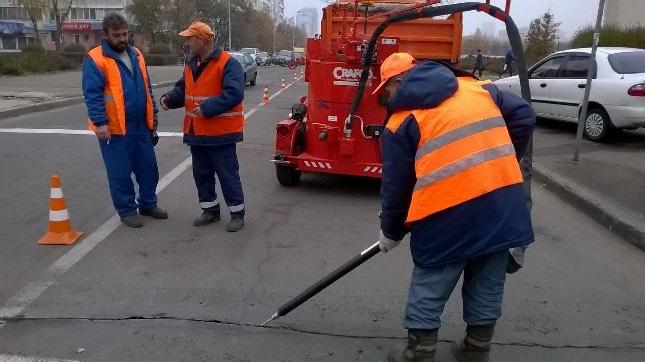 На дорогах Киева стало меньше трещин