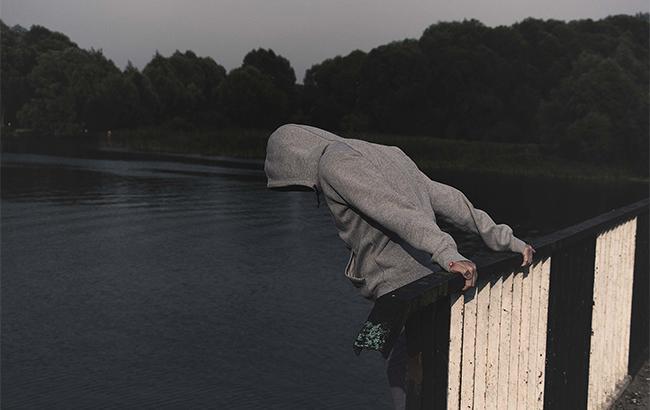 С моста Метро в Киеве наркоман пытался покончить жизнь самоубийством