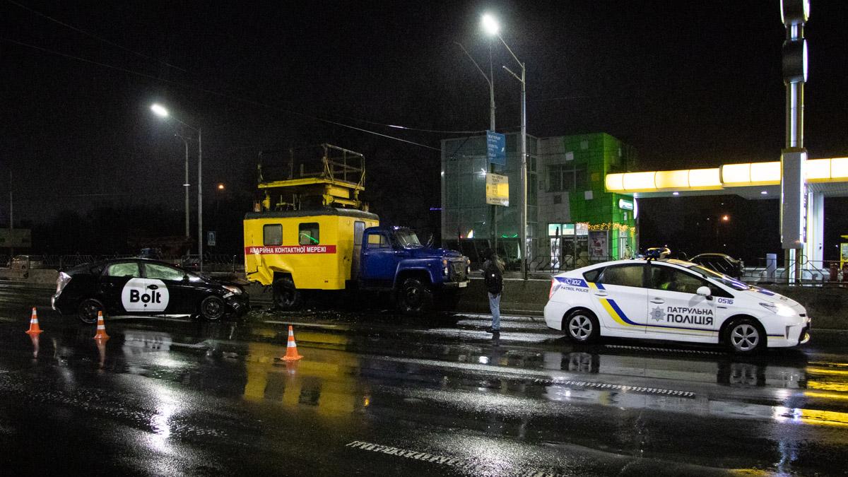 """На проспекте Степана Бандеры таксист влетел в """"коммунальную вышку"""""""