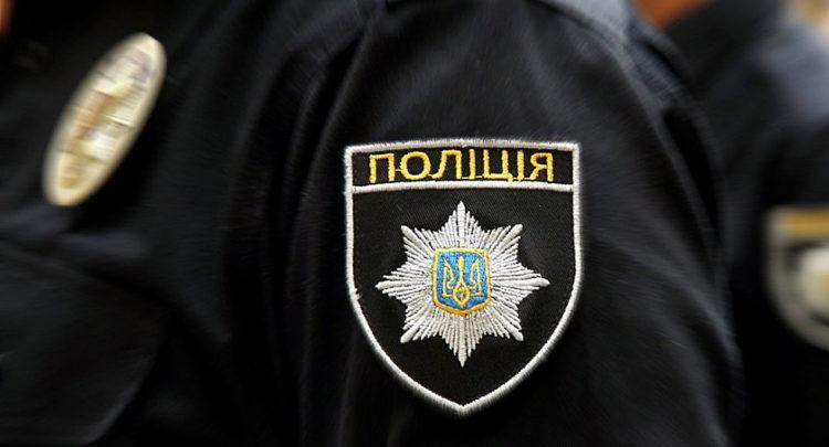 На Киевщине женщина ударом ноги отправила полицейского в нокдаун