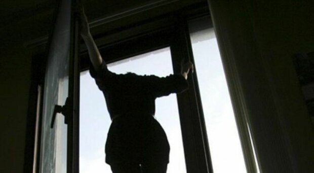 В Киеве молодая женщина выбросилась из окна