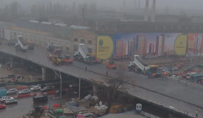 На Шулявском мосту начали укладывать асфальт