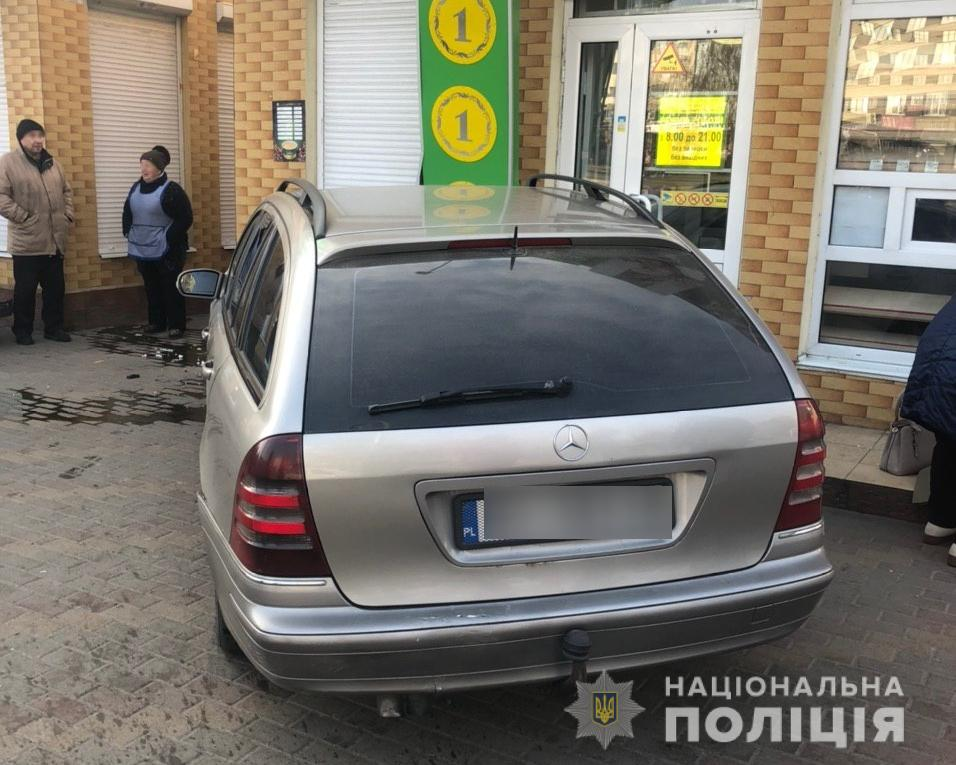 Под Киевом мужчина, удирая от полиции, нечаянно сбил женщину-пешехода