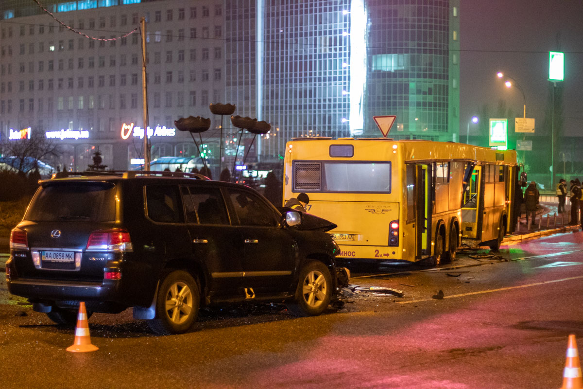 В Киеве на Харьковской площади в ДТП пострадала семейная пара с ребенком