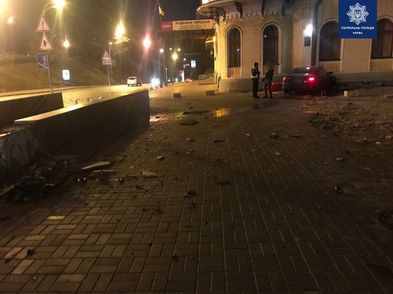В Киеве водитель авто испортил фасад здания филармонии