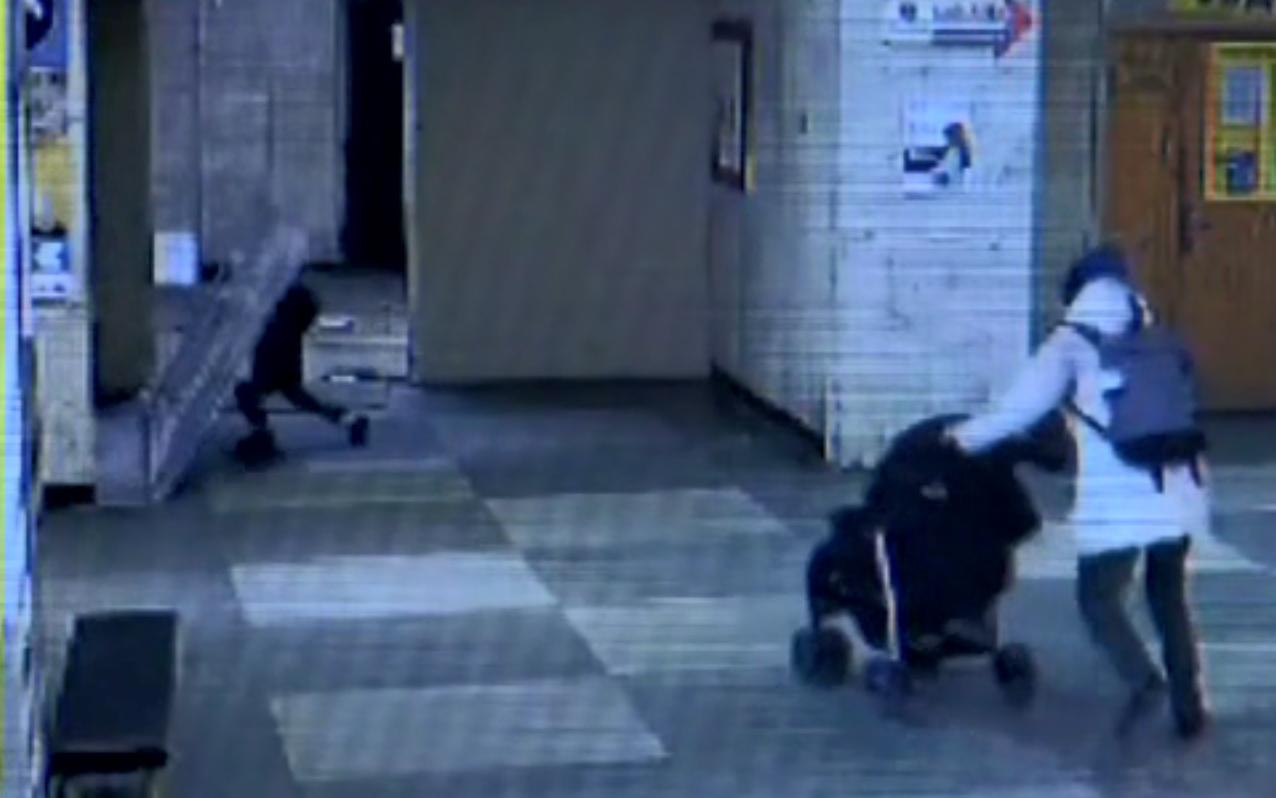 В киевской больнице на 4-летнего ребенка упали двери - видео