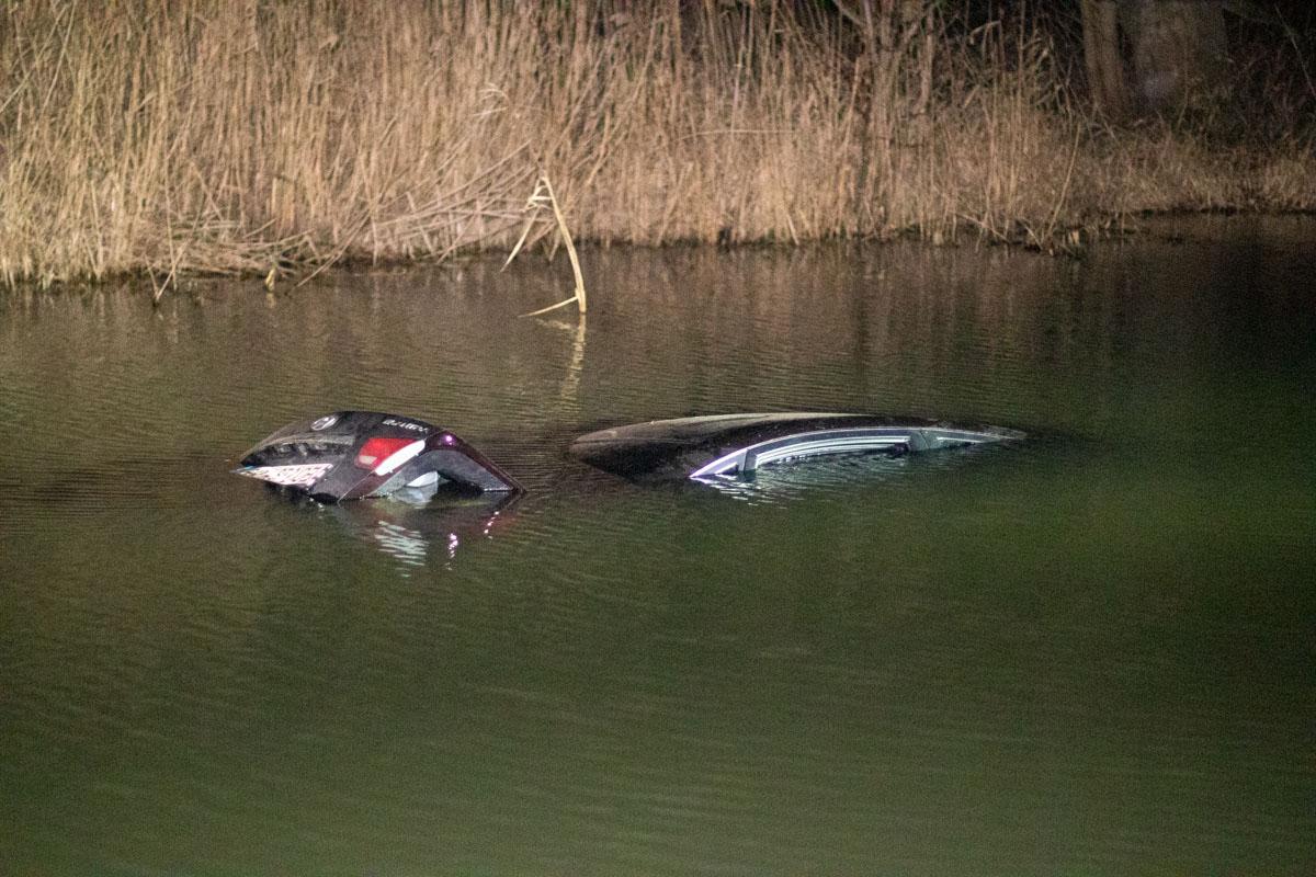 Под Киевом автомобиль в ребенку упал в реку и утонул