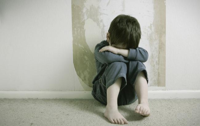 Под Киевом отчим выгнал из дома 5-летних детей