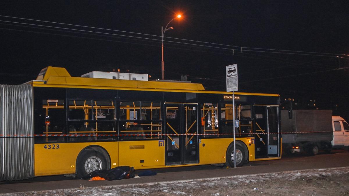 В Киеве мужчина попал под троллейбус, переходя дорогу