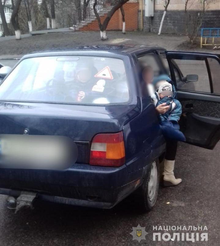 Под Киевом родители заперли своих малолетних детей в машине и ушли