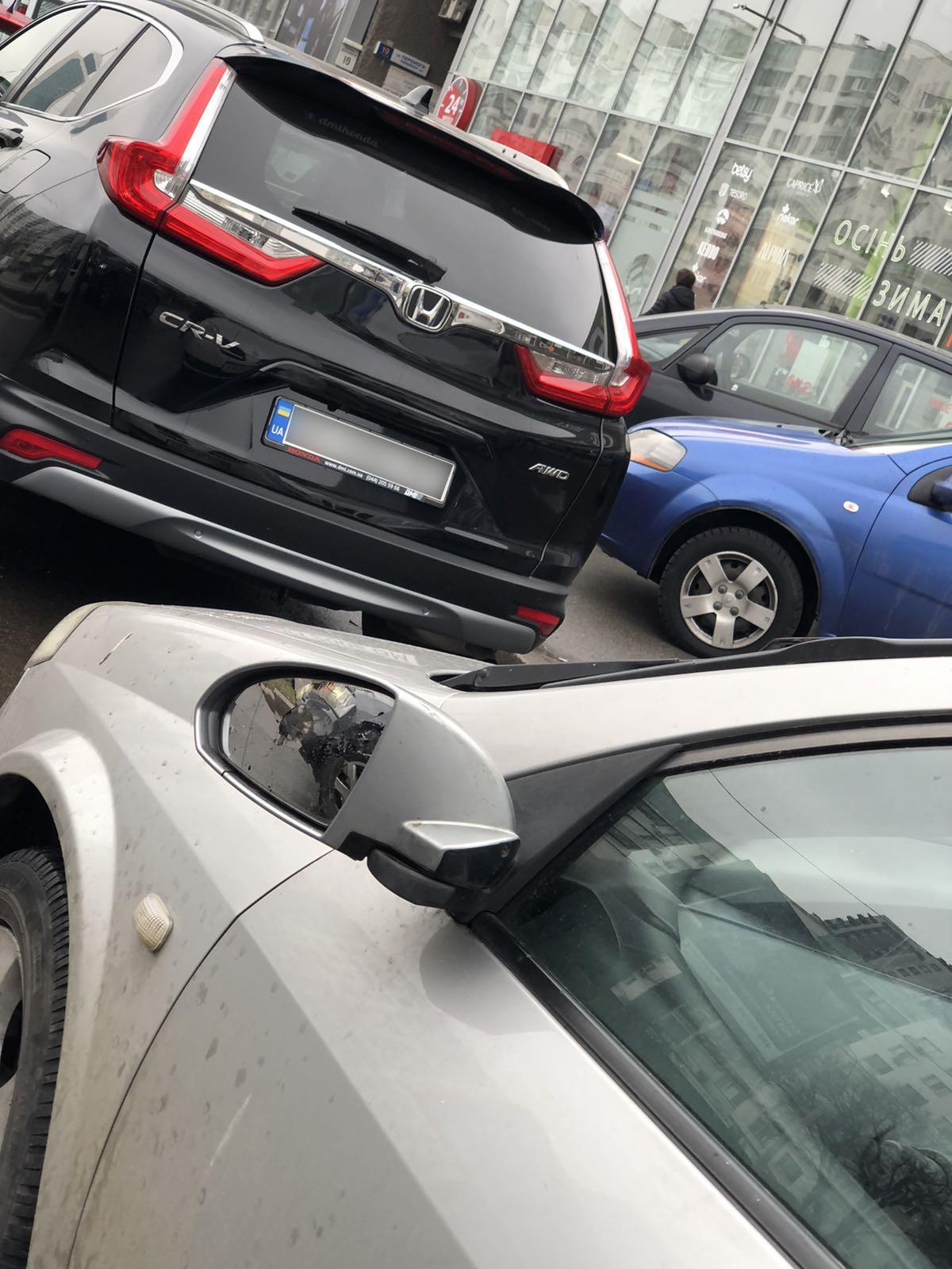 На проспекте Победы возле КПИ неизвестные выломали зеркала у автомобилей