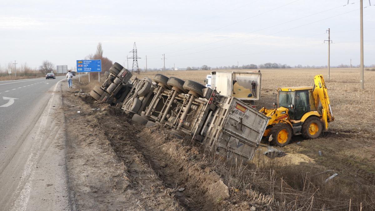 На Киевщине пролетающий самолет задел грузовой автомобиль