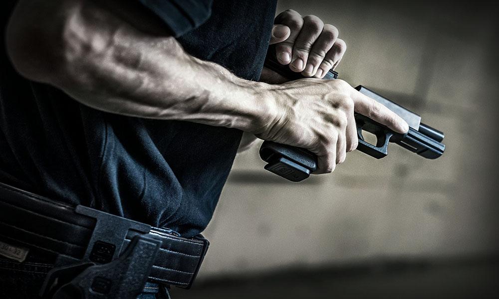 Ночью под Киевом пьяный мужчина устроил переполох, стреляя на улице из пистолета