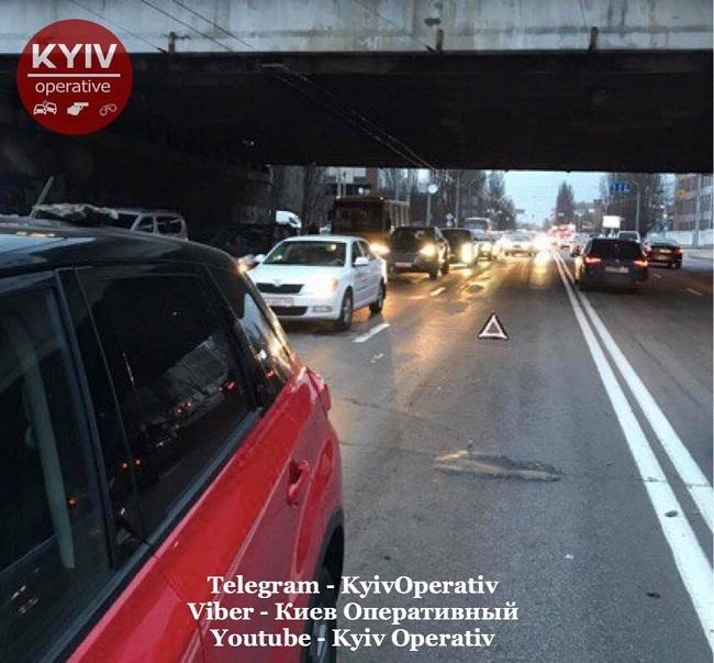 В Киеве осыпался еще один мост