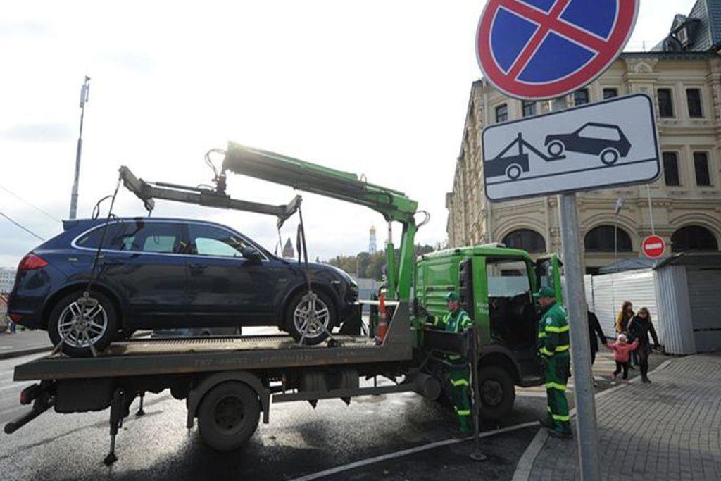 В Киеве инспекторы случайно эвакуировали авто вместе с детьми